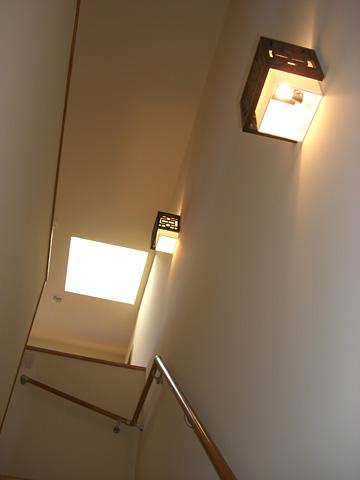 足元明るい階段